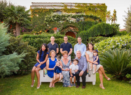 Family Portrait in Villa - photographer_best_Sicily_Taormina_Italy_outdoor_happy_marco_ficili