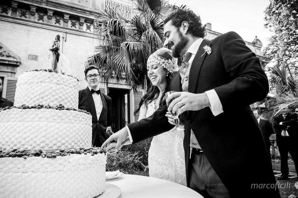 """Al termine del pranzo nuziale, gli sposi hanno accolto gli ospiti nel magnifico giardino pensile, dove all'ombra di alberi secolari, hanno brindato e tagliato la torta nuziale, su cui troneggiava un originalissimo """"cake topper"""", raffigurante Chiara e Felipe. E' stato un matrimonio pieno di felicità!"""