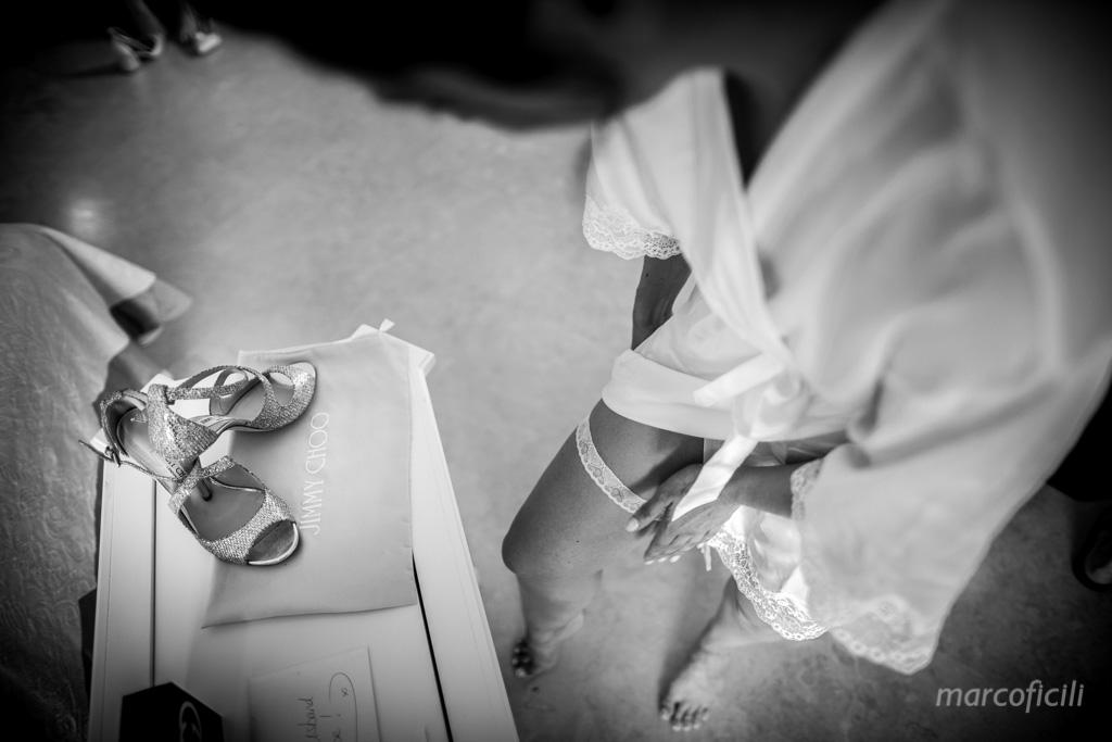 Matrimonio Taormina Mare _belmond_villasantandrea_spiaggia_preparazione_sposi_fotografo_bravo_chic_abito_sposa_bello_giarrettiera