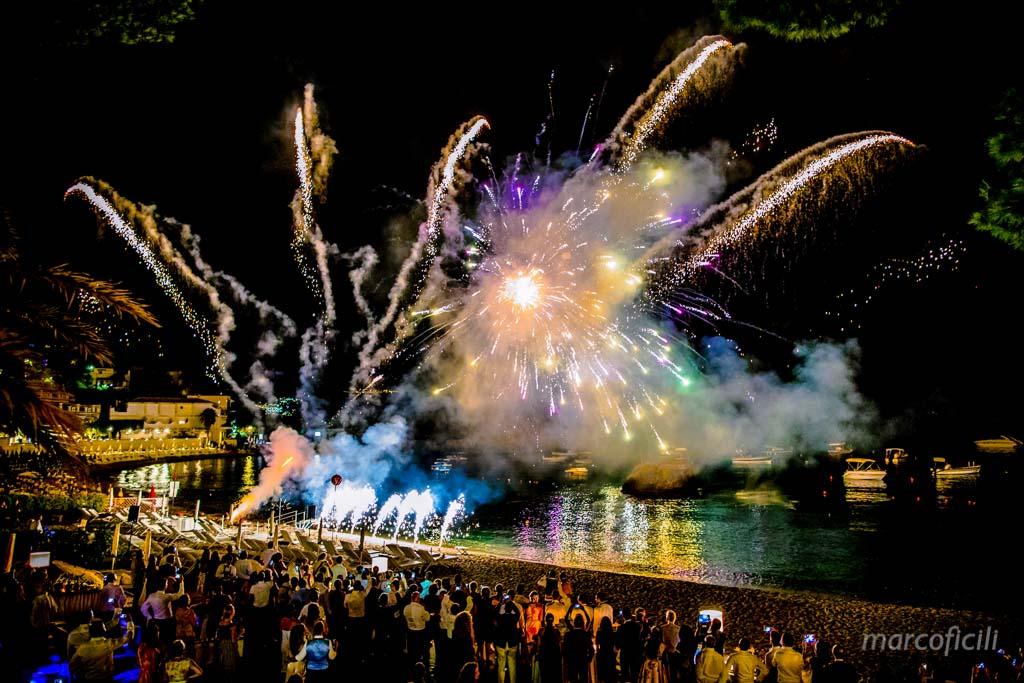 Matrimonio Taormina Mare _belmond_villasantandrea_spiaggia_allegro_fuochi_artificio_fotografo_bravo_chic_famoso_top_emozionante