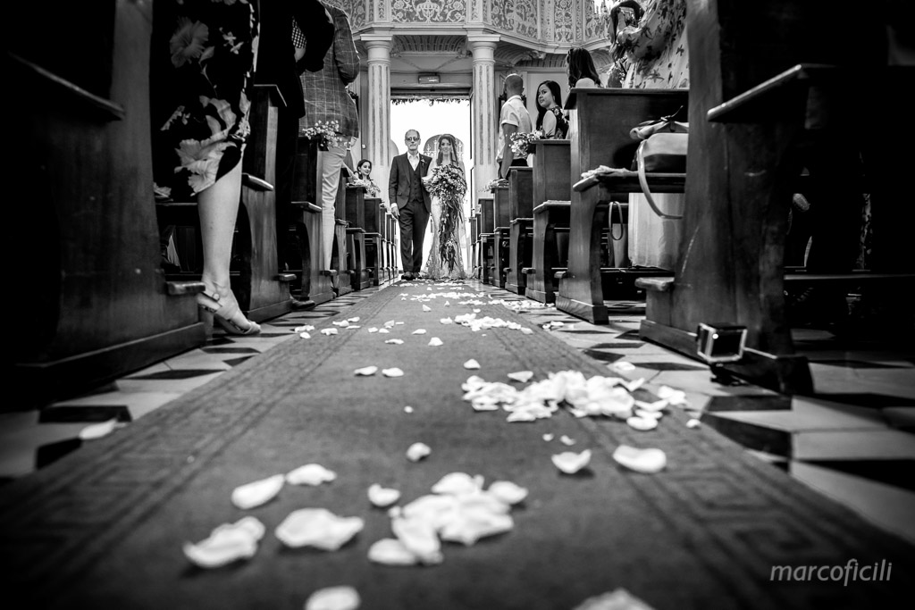 Matrimonio Taormina Chiesa Varò _Sicilia_Catania_ingresso_sposa_B&W