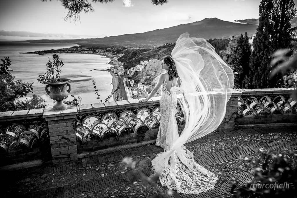 Matrimonio Taormina Chiesa Varò _Sicilia_sposi_bacio_villa_velo_vento_etna_volare