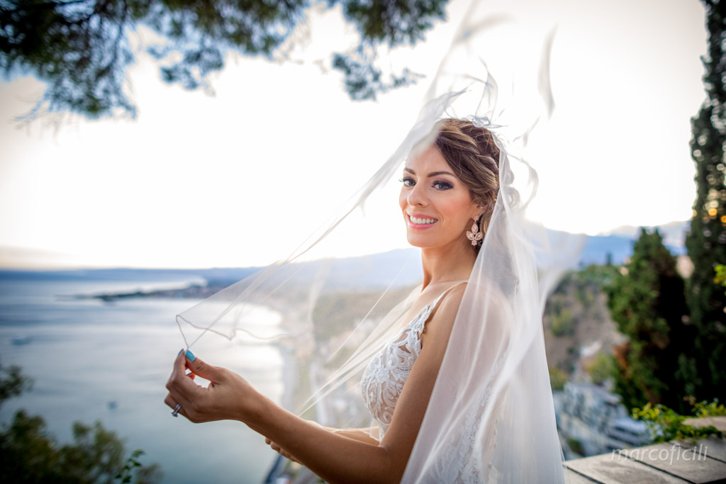 Matrimonio Taormina Chiesa Varò _Sicilia_sposi_bacio_villa_velo_vento_etna_volare_ritratto_viso