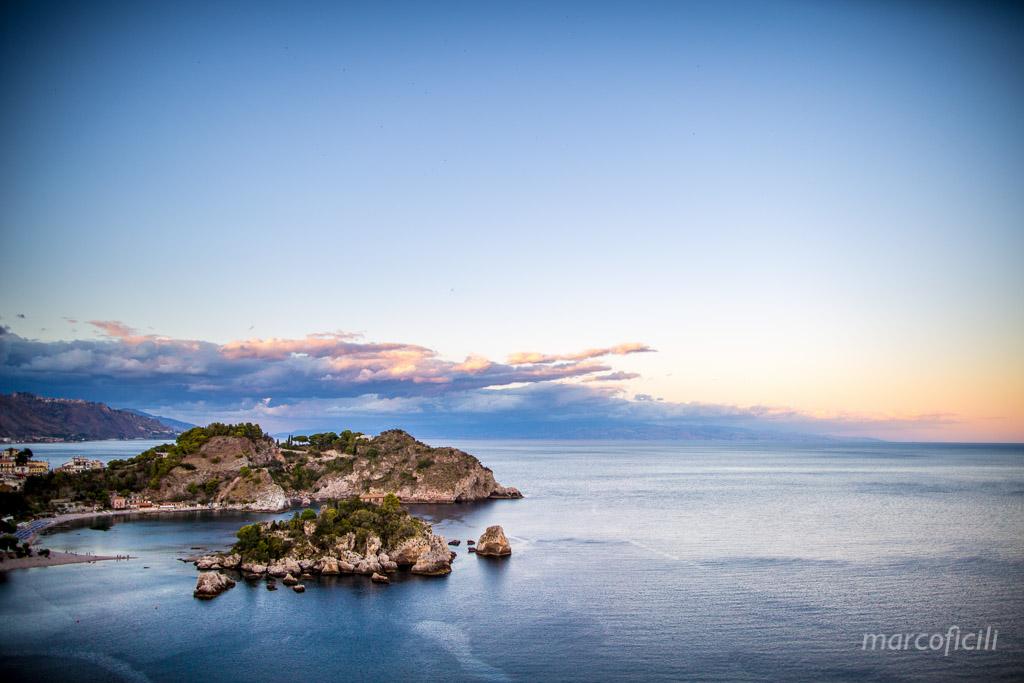 Matrimonio Taormina Chiesa Varò _Sicilia_sposi_bacio_baia_tramonto_isola bella