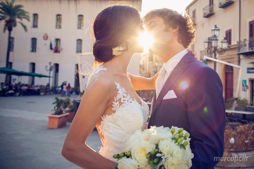 Cefalù_matrimonio_fotografo_bravo_top_chic_best_elegante_romantico_bacio_sposi_sole_tramonto_momento_indimenticabile_romantico_glamour