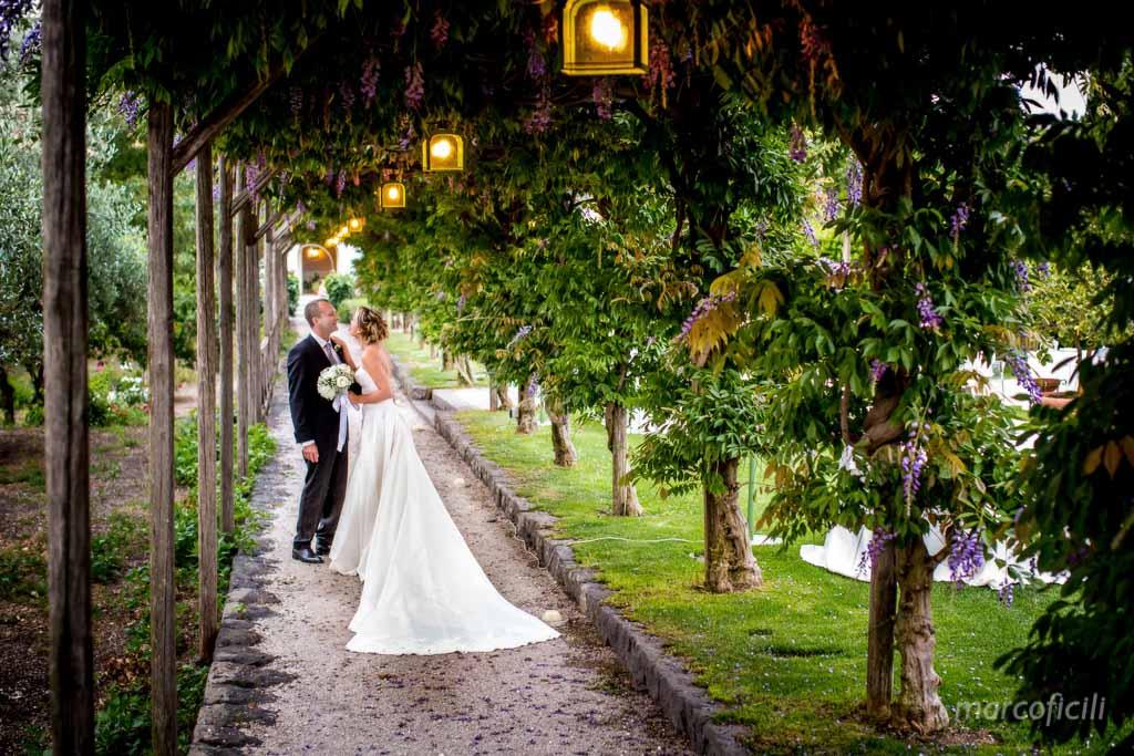 Matrimonio Giardini di Villa Fago _Acireale_Catania_fotografo_sposi_giardino_amore_viale_bacio