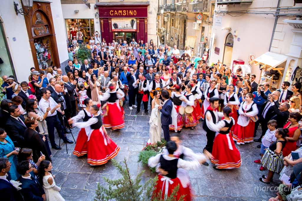chiesa del purgatorio, cefalù, duomo, kiss, wedding, couple, bride, groom, photographer, video, sicilian, folk, band
