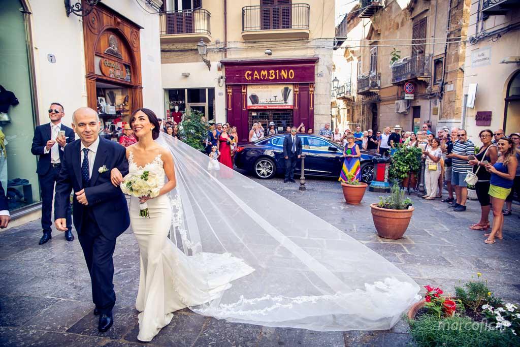 sposa_cefalù_ingresso_chiesa_abito_fotografo_bravo_chic_elegante