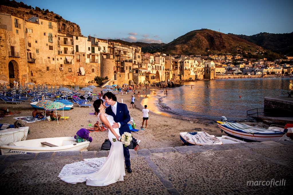 cefalu_tramonto_sposi_bacio_pasese_panoramica_vista_porto_matrimonio_fotografo_videografo_video_top