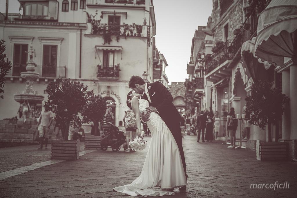 Villa Mon Repos Wedding _taormina_sicily_vintage_kiss_B&W_corso_umberto