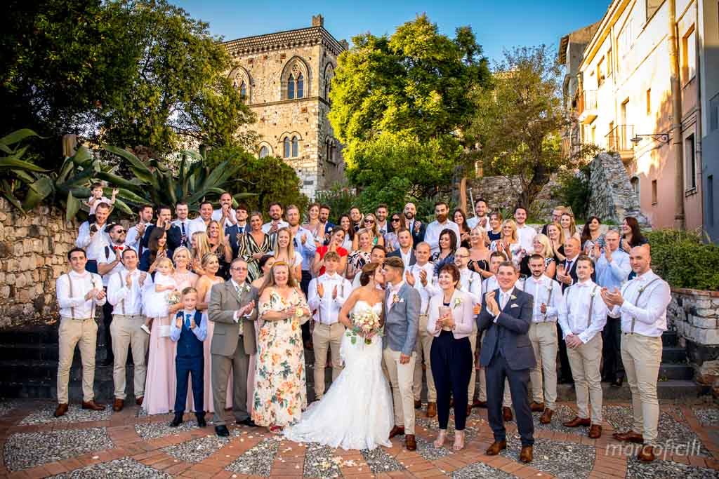 English Wedding Taormina _bride_groom_friends_group_picture_all together