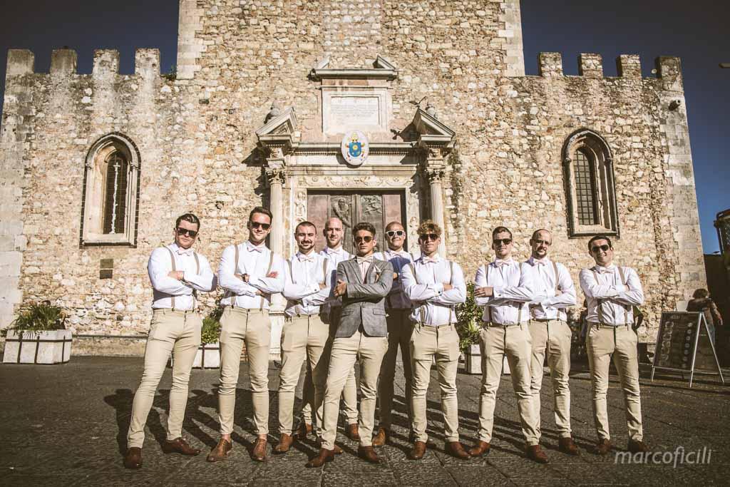 Matrimonio Inglese Taormina _vintage_hipster_sposo_testimoni_gruppo