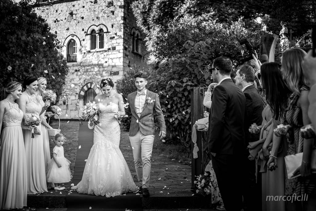 Matrimonio Inglese Taormina _uscita_lancioriso_confetti_allegria
