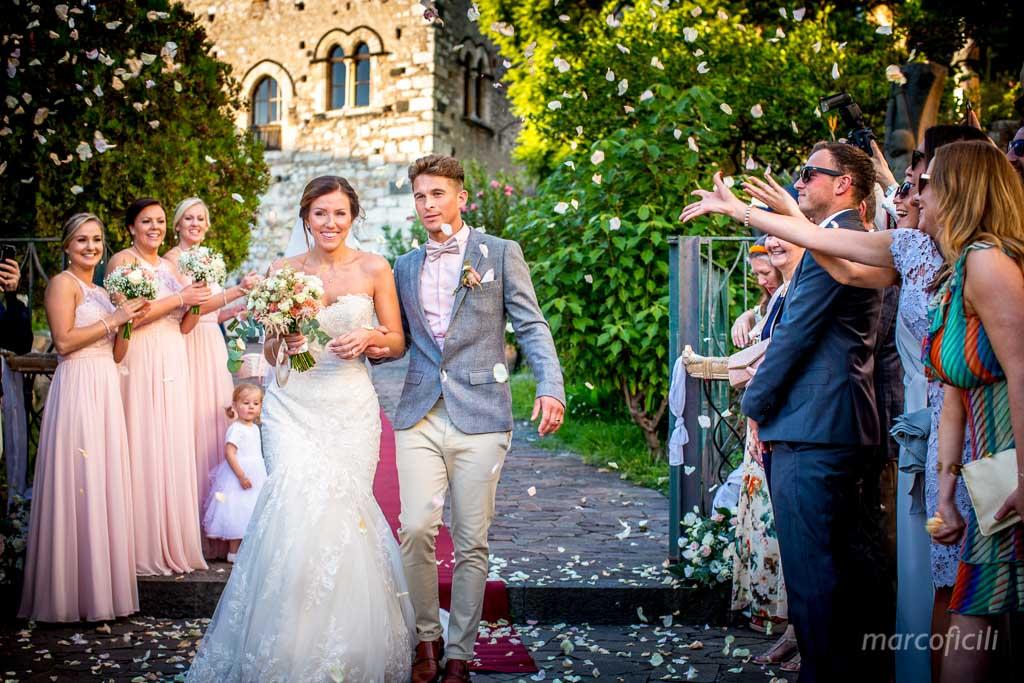 Matrimonio Inglese Taormina _uscita_lancioriso_confetti_bacio