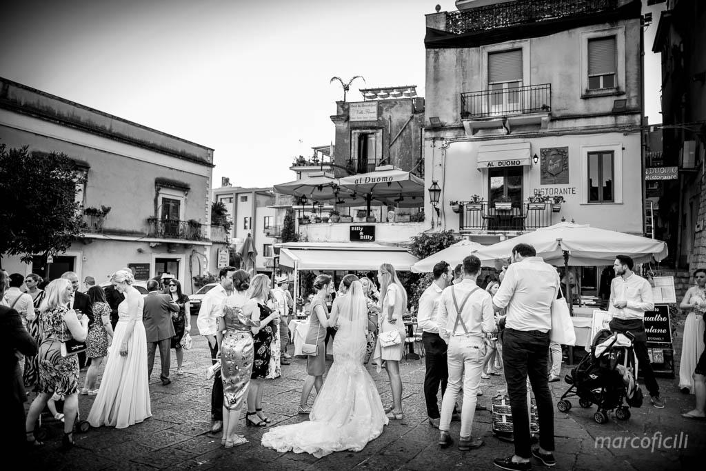 Matrimonio Inglese Taormina _sposi_amici_invitati_piazza_duomo