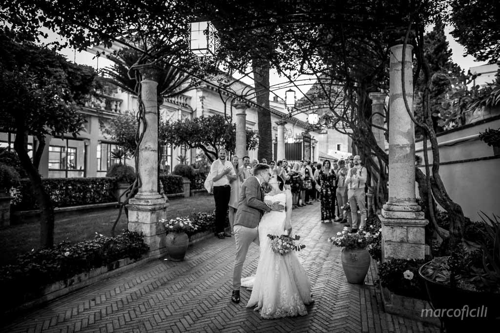 Matrimonio Inglese Taormina _bacio_sposi_ingresso_timeo_invitati_amici_allegro_amore