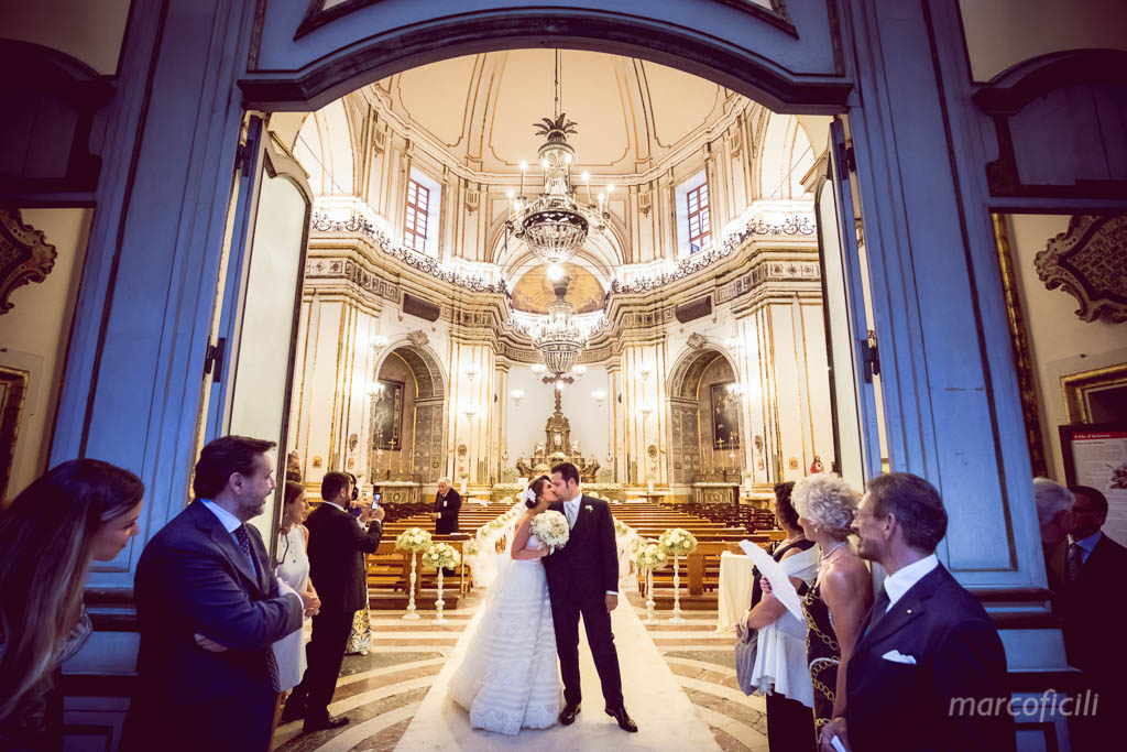 Wedding Catania _sangiuliano_church_kiss_bride_groom