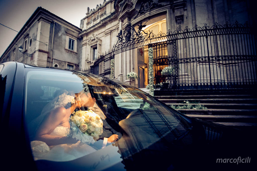 Wedding Catania _bride&groom_kiss_car
