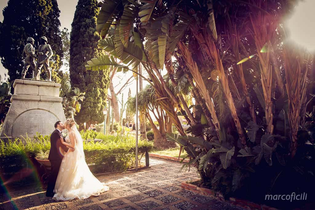Taormina Public Gardens, bride, groom, kiss, photo shooting, sunset