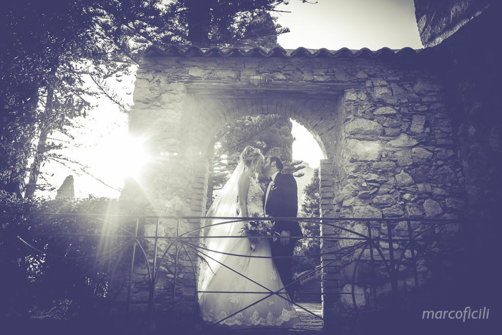 Taormina Public Gardens, bride, groom, kiss, photo shooting, sunset, B&W