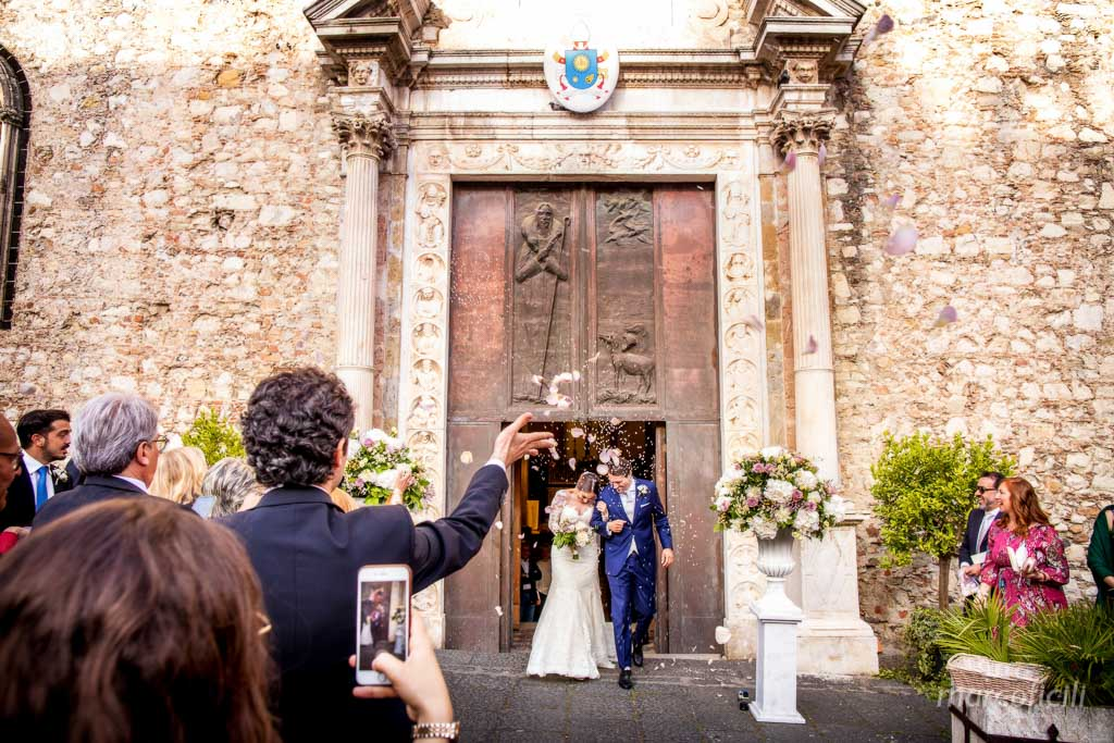 cathedral of Taormina _duomo_wedding_photographer_confetti