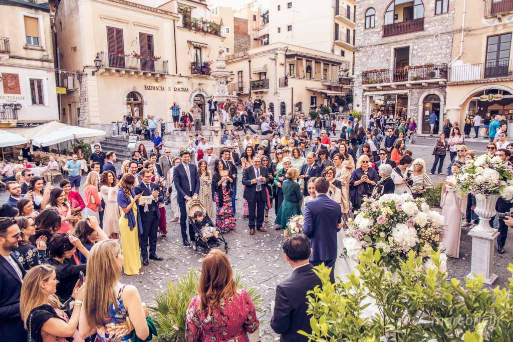 cathedral of Taormina _duomo_wedding_photographer_party_guestes
