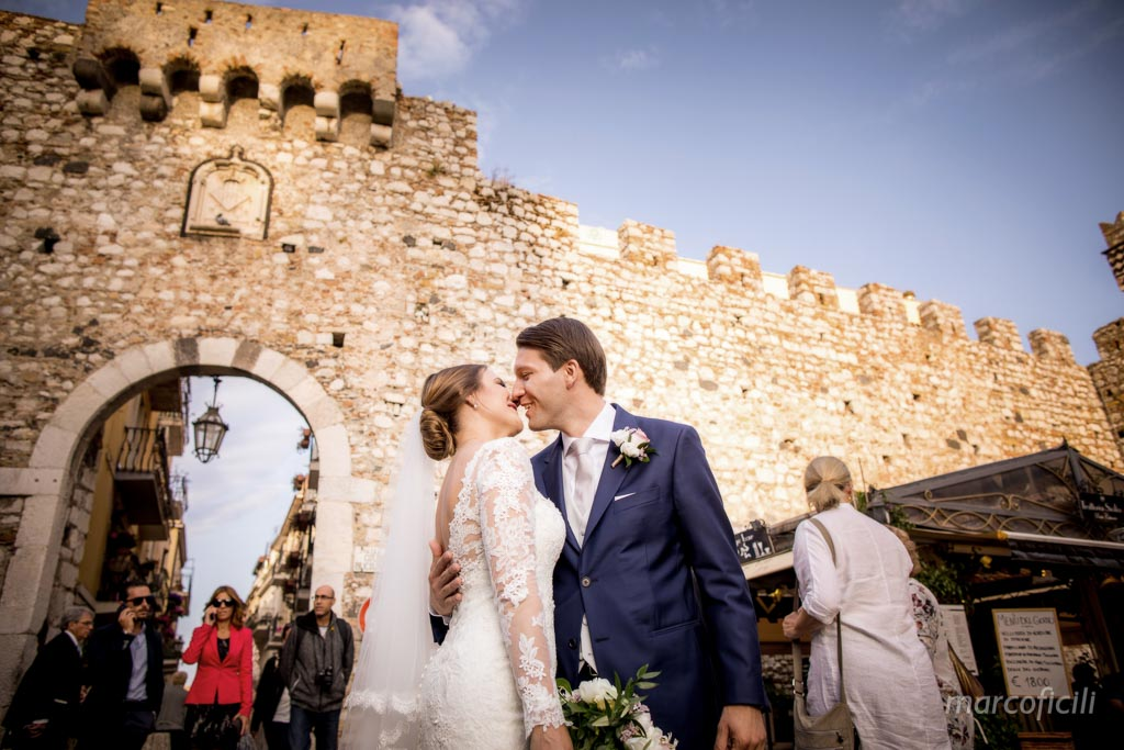 Taormina_bride_groom_kiss_traditional_unconventional_happy_lovely_photo