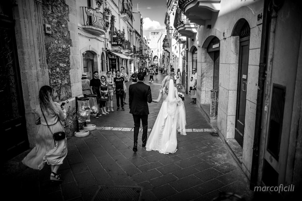 photo shooting in Taormina, corso Umberto, bride, groom