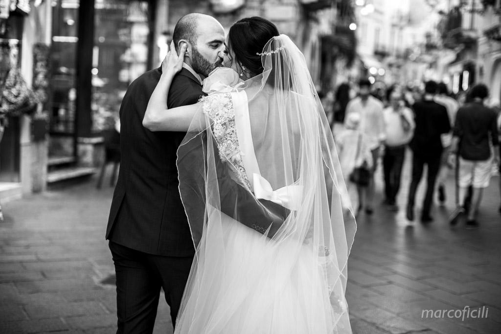 taormina, sposi, bacio, corso Umberto, matrimonio, foto, fotografo, video