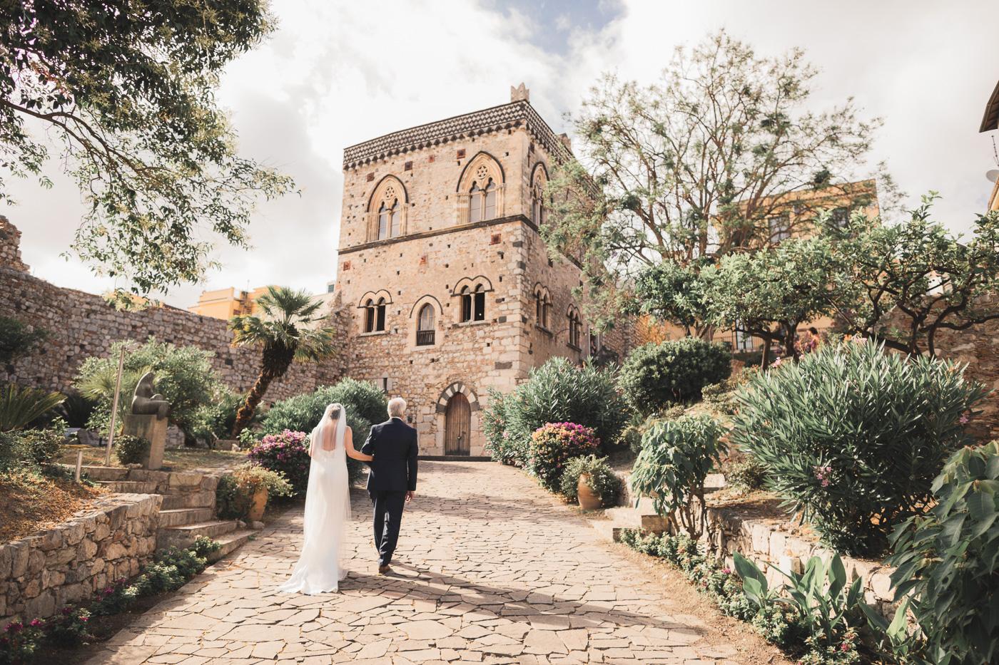 Matrimonio Irlandese Taormina_fotografo_matrimonio-palazzo-duchi-santo-stafano-ingresso-sposa-padre