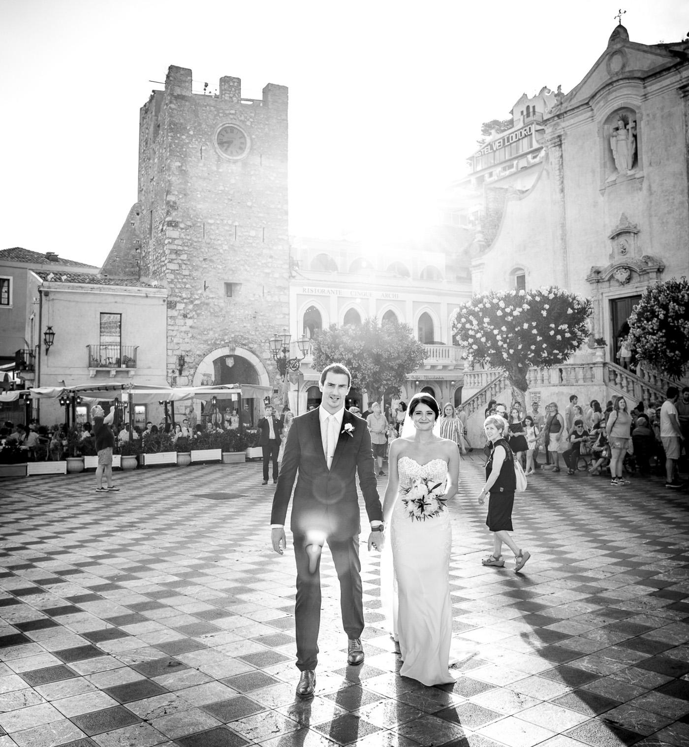 Matrimonio Irlandese Taormina_fotografo_matrimonio-palazzo-duchi-santo-stafano-foto-sposi-bacio-piazza-taormina-piazza-IXAprile