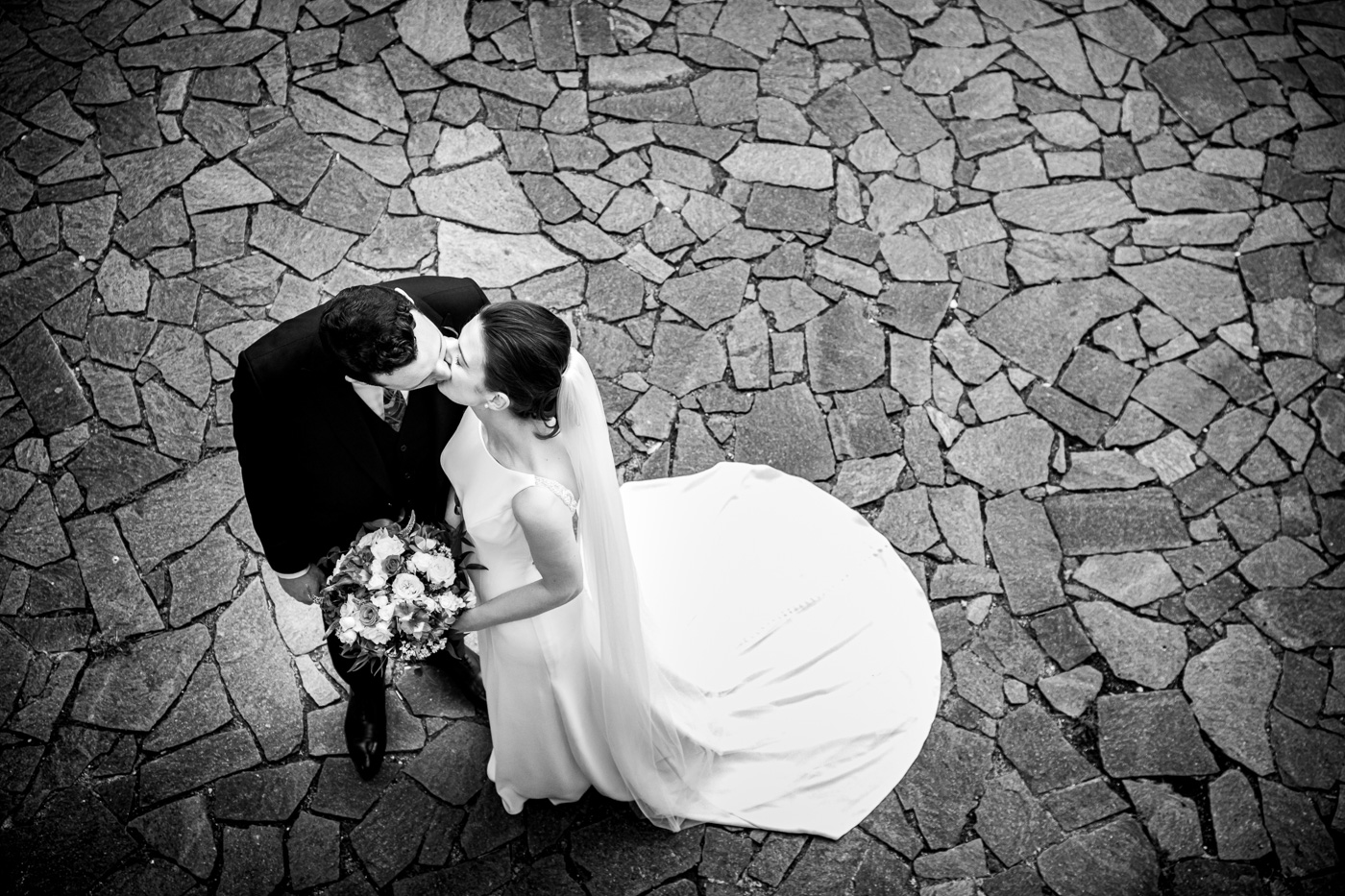 Lovely Wedding Taormina-palazzo-duchi-santo-stefano-indoor-wedding-couple-foto-kiss