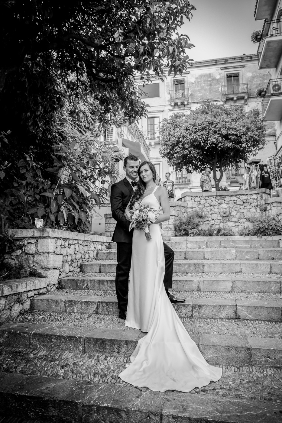 Intimate Wedding Taormina-pubblic-gardens-photos-bride